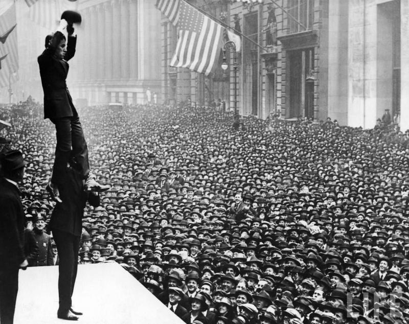 Чарли Чаплин перед собравшейся толпой жителей Нью-Йорка, 1918 г.